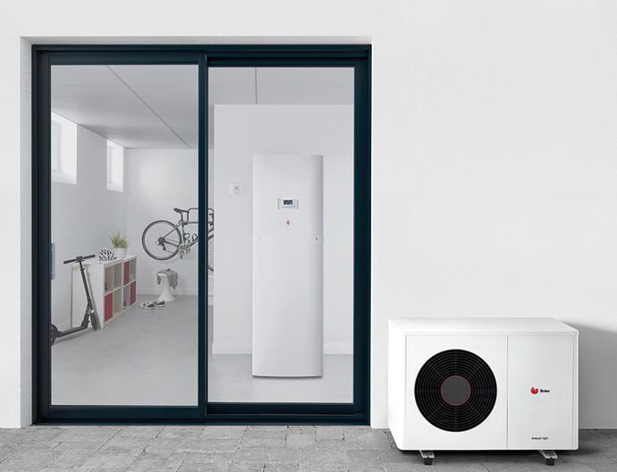 GeniaAir Split warmtepomp voor woning met GeniaSet binneneenheid op de achtergrond.